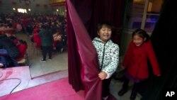 Một bé gái Trung Quốc mừng Tết Âm lịch năm 2017.