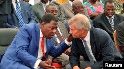 Le président béninois Thomas Boni Yayi parle à Vincent Bolloré lors du début des constructions ferroviaires, à Cotonou, le 8 avril 2014.
