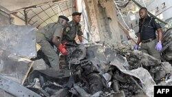 Саперы разбирают завалы после взрыва бомбы