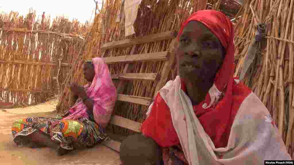 Hajia Kaka Haruna est son fils dans le camp de réfugiés d'Assaga, Diffa, Niger, le 17 avril 2017 (VOA/Nicolas Pinault)