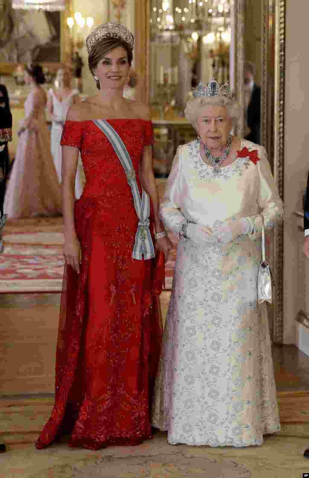 London - Britaniya kraliçası II Yelizavetia İspaniya kraliçası Letisiya ilə Bukengem sarayında