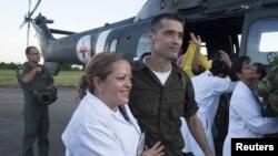 Jorge Trujillo Solarte, polisi Kolombia yang baru-baru ini dibebaskan oleh pemberontak FARC mendapat perawatan medis di Villavicencio (2/4). Pemberontak FARC membebaskan 10 sandera yang telah mereka tahan di hutan selama belasan tahun untuk alasan damai.