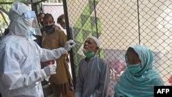 کراچی میں کرونا وائرس کی تشخیص کے لیے ایک مریض کا سیمپل کیا جا رہا ہے۔