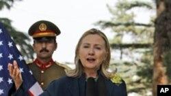 """正在阿富汗訪問的美國國務卿克林頓表示卡扎菲被證實死亡讓人""""鬆了口氣""""。"""