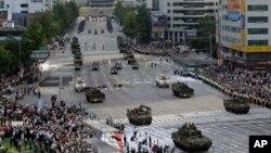 Nam Triều Tiên tổ chức cuộc duyệt binh qui mô lớn kỷ niệm 65 năm ngày thành lập quân đội, và đồng thời răn đe sự gây hấn của Bắc Triều Tiên, ngày 1/10/2013.