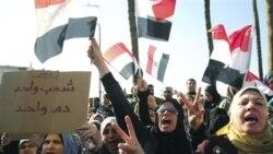 مخالفان حسنی مبارک در اسکندریه شعار می دهند - ۸ فوریه ۲۰۱۱