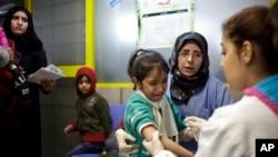 Seorang anak perempuan Suriah menangis setelah divaksinasi campak di kantor PBB di Zahleh, Lebanon.