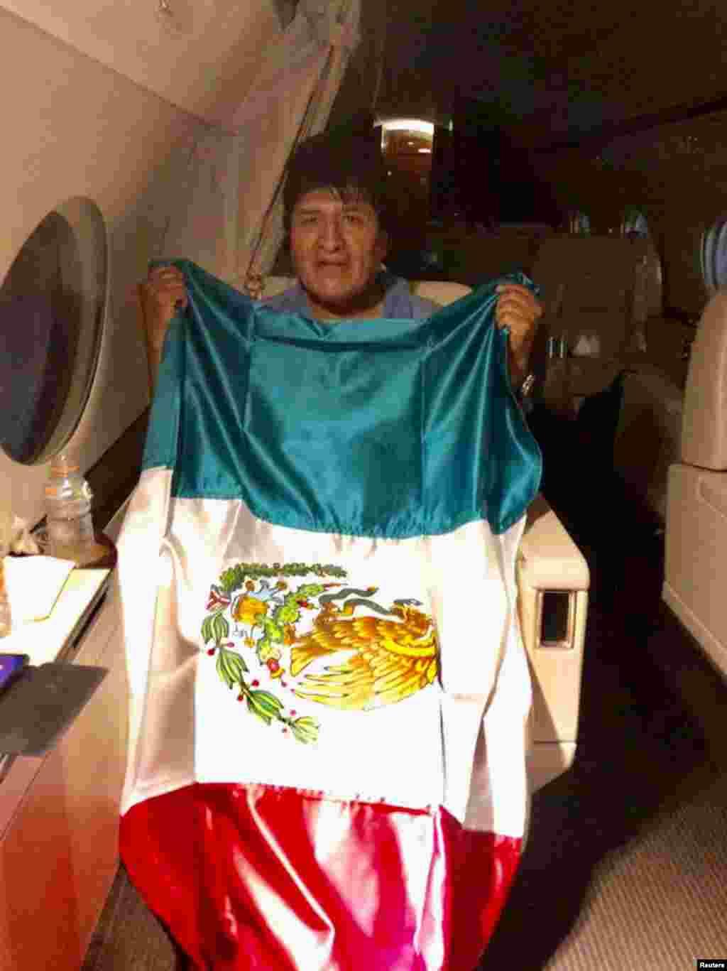 Meksikadan sığınacaq istəyən Boliviyanın sabiq prezidenti Evo Morales əlində Meksika bayrağı
