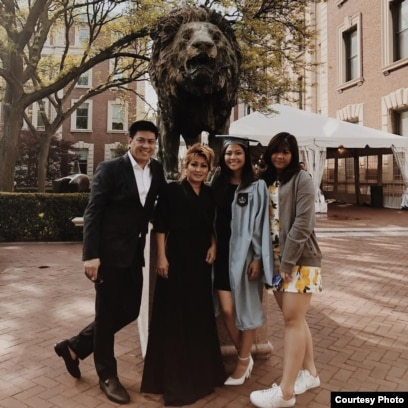 Moorissa (ke-2 dari kanan) dan keluarga di acara kelulusan di Columbia University (dok: Moorissa)