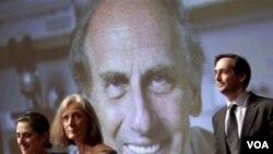 Anggota keluarga pemenang Nobel Kedokteran, alm. Ralph Steinman di depan almarhum saat penghargaan di Universitas Rockefeller, New York (3/10).