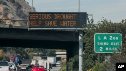 洛杉磯高速公路上的信息牌呼籲民眾節約用水