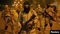 Sebuah gambar tidak bergerak yang diambil dari video Islamic State yang dirilis oleh kanto berita kelompok tersebu, Amaq, menunjukkan seorang anggota militan berbicara di depan kamera (18/10). Mosul, Iraq. (foto: REUTERS/Reuters TV via kantor berita Amaq)