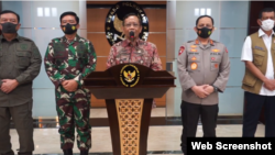 Menko Polhukam Mahfud Md saat memberikan keterangan pers di kantor Kemenko Polhukam di Jakarta, Senin (16/11/2020). (Foto: VOA)