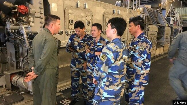 越南海軍人員2018年環太軍演期間登上美國軍艦討論協調作戰(美國海軍照片)
