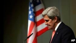 Menteri Luar Negeri AS John Kerry dalam jumpa pers pada akhir pembicaraan mengenai nuklir Iran di Jenewa (10/11). (AP/Jason Reed)