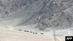 印度边防军士兵在拉达克地区的山脚下巡逻。(2020年6月24日)