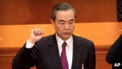 Ngoại trưởng Trung Quốc Vương Nghị tuyên thệ giữ chức Ủy viên Quốc vụ tại kỳ họp thứ nhất Đại hội Đại biểu Nhân dân toàn quốc (Quốc hội) Trung Quốc lần thứ 13, ngày 19/3/2018.