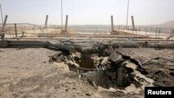 Musul Barajı yakınlarında Amerikan bombardımanı sırasında açılmış bir kriter