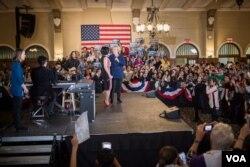 民主党总统参选人希拉里·克林顿请到流行歌星黛米·洛瓦托为集会助兴。(美国之音记者方正拍摄)