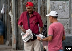 A vendor sells newspapers in a street of Havana, April 5, 2019. A drastic reduction in the circulation of Cuban state newspapers this week awakened the specter of the 90's crisis, amid the shortage of basic goods, the bad news from Venezuela and the tightening of the U.S. blockade.
