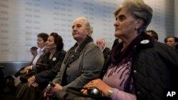Porodice žrtava masakra u Srebrenici u sudu u Hagu