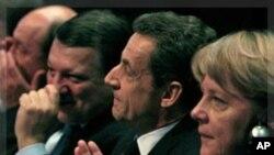 德國總理默克爾﹑法國總統薩科齊和歐盟主席巴洛索(右到左)星期四在馬賽參加會議