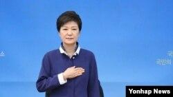 박근혜 한국 대통령이 22일 대전 국방과학연구소를 방문, 한국 국기에 대한 경례를 하고 있다.