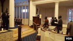 미국 버지니아주 알렉산드리아의 세인트폴 교회에서 쏜 모지스 촐 목사(왼쪽)가 남수단인들의 예배를 인도하고 있다.