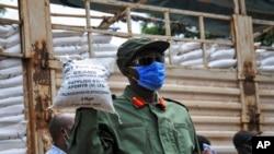 Seorang anggota Angkatan Pertahanan Rakyat Uganda (UPDF), membantu mendistribusikan makanan kepada orang-orang yang terkena dampak kebijakan karantina yang bertujuan membatasi penyebaran virus corona, 4 April 2020. (Foto: dok).