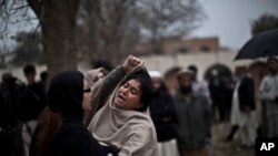Người phụ nữ than khóc bên ngoài nhà xác của bệnh viện nơi thi hài các nạn nhân trong một vụ tấn công khủng bố bằng bom được đưa đến