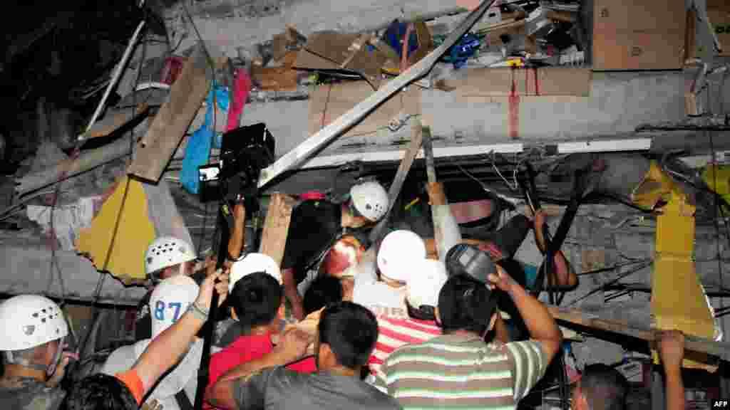 Des équipes de sauveteurs ont trouvé des survivants dans un bâtiments, dans la ville deManta, Équateur, 17 avril 2016.