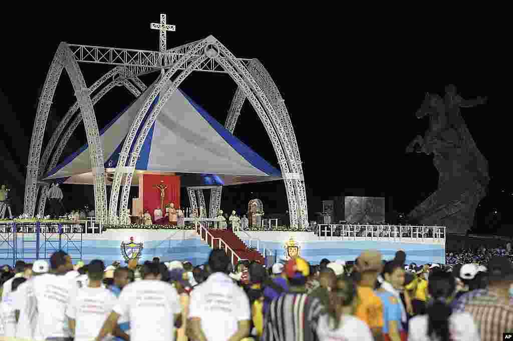 Đức Giáo Hoàng Benedicto cử hành thánh lễ tại Quảng trường Cách mạng ở Santiago de Cuba, ngày 26 tháng 3 năm 2012. (AP/Osservatore Romano)