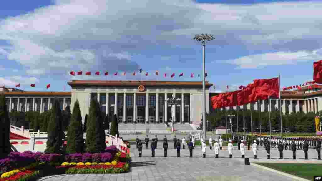 2018年9月30日,中国国庆节前夕,天安门广场举行仪式,军人列队肃立,蓝天白云,红旗飘扬,花团锦簇。这张照片和下一张,哪张能象征中国今后几年的前途?