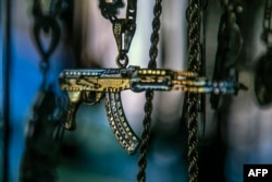 Un colgante con forma de rifle AK47 se exhibe para la venta en un mercado en Culiacán, Estado de Sinaloa.