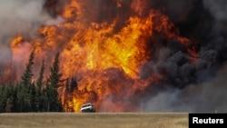 Gigantesques feux de forêt près de Fort McMurray, Alberta, Canada, le 7 mai 2016. (Reuters/Mark Blinch)