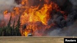 Khói và lửa bốc lên từ đám cháy gần thành phố Fort McMurray, tỉnh Alberta, Canada, ngày 7/5/2016.