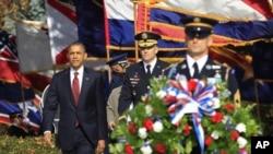 ປະທານາທິບໍດີ ບາຣັກ ໂອບາມາ ເຂົ້າຮ່ວມໃນພິທີວາງພວງມາລາ ທີ່ປ່າຊ້າ Arlington National Cemetery ໃນລັດ Virginia ນອກກຸງວໍຊິງຕັນ ເພື່ອໃຫ້ກຽດແກ່ບັນດາທະຫານທີ່ໄດ້ສະລະຊີບເພື່ອຊາດ ເນື່ອງໃນວັນ ນັກລົບເກົ່າ ຫລື Veterans' Day, ວັນສຸກວານນີ້ ທີ 11 ພະຈິກ 2011.