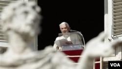 Paus Benediktus XVI menyampaikan misa mingguan di Lapangan Santo Peter di Vatikan, Minggu (6/3).