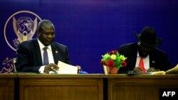 Le président du Soudan du Sud, Salva Kiir, à droite, et le chef des rebelles du Soudan du Sud, Riek Machar, s'accordent sur le partage des pouvoirs entre les ennemis du Soudan du Sud, à Khartoum, 5 août 2018.