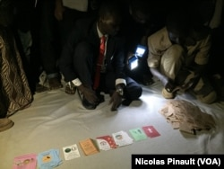 Using lamps , delegates at a polling station in Niamey start vote counting, Niamey, Feb. 21, 2016. (N. Pinault/VOA )