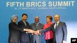 (Từ trái qua) Thủ tướng Ấn Độ Manmohan Singh, Chủ tịch Trung Quốc Tập Cận Bình, Tổng thống Nam Phi Jacob Zuma, Tổng thống Brazil Dilma Rousseff, và Tổng thống Nga Vladimir Putin.