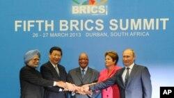 Para pemimpin BRIC dalam satu pertemuan di Durban, Afrika Selatan, awal 2013. Dari kiri ke kanan: Perdana Menteri India Manmohan Singh, Presiden China Xi Jinping, Presiden Afrika Selatan Jacob Zuma, Presiden Brazil Dilma Rousseff dan Presiden Rusia Vladimir Putin. (Foto: Dok)