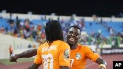 Gervinho, à gauche et Serge Aurier célèbrent un but contre l'Algérie, Guinée-Equatoriale, le 1er février 2015