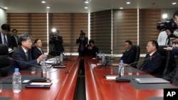 韩国统一部副部长黃富起(左)与朝鲜和平统一委员会书记局副局长田钟秀进行交谈。