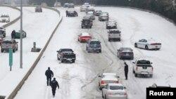 Des policiers tentant de venir en aide à des automobilistes en Caroline du Nord