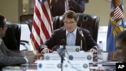 애슈턴 카터 미 국방장관이 23일 쿠웨이트 내 미군 기지에서 ISIL 대응 전략 회의를 주재하고 있다.