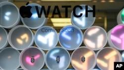 Vitrina de relojes inteligentes en una tienda Apple en San Francisco.