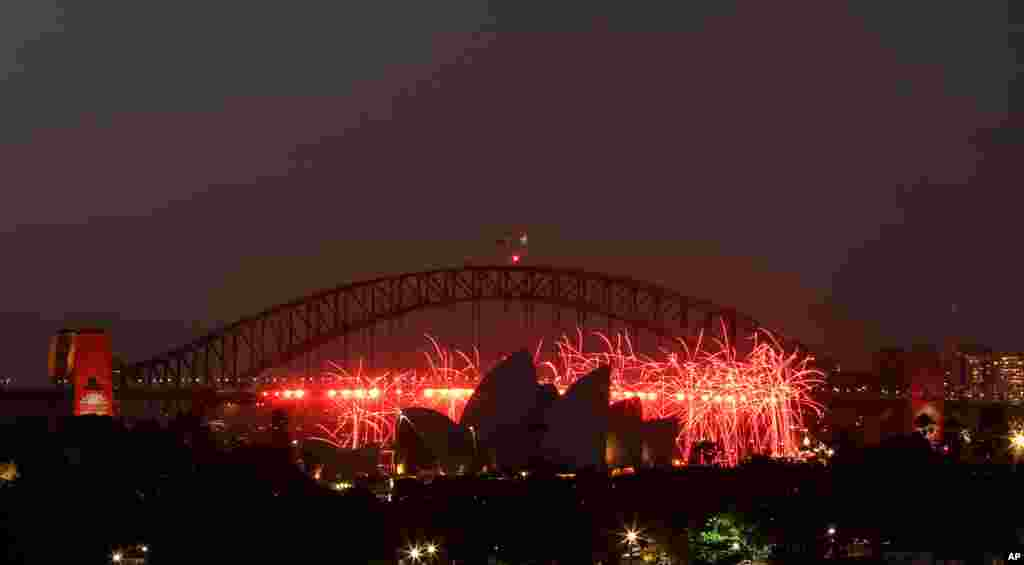 2012年12月31日,澳大利亚悉尼为了庆祝新年前夜在歌剧院附近燃放烟花