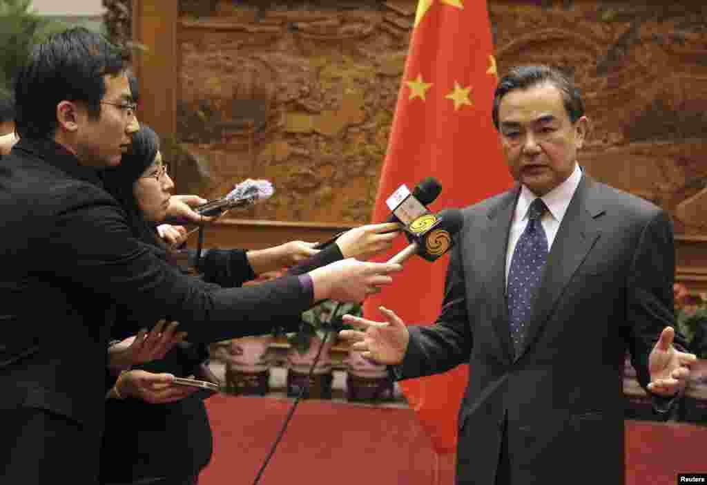 중국의 왕리 외교부장이 26일 아베 신조 일본 총리의 신사참배에 유감을 표하며 기자단에 질의에 답하고 있다.