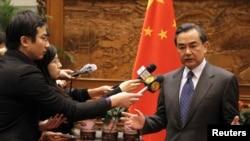 중국의 왕리 외교부장이 지난해 12월 아베 신조 일본 총리의 신사참배와 관련하여 기자단의 질문에 답하고 있다. (자료사진)
